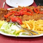 Cachopo asturiano de ternera con pimientos del piquillos y patatas frita