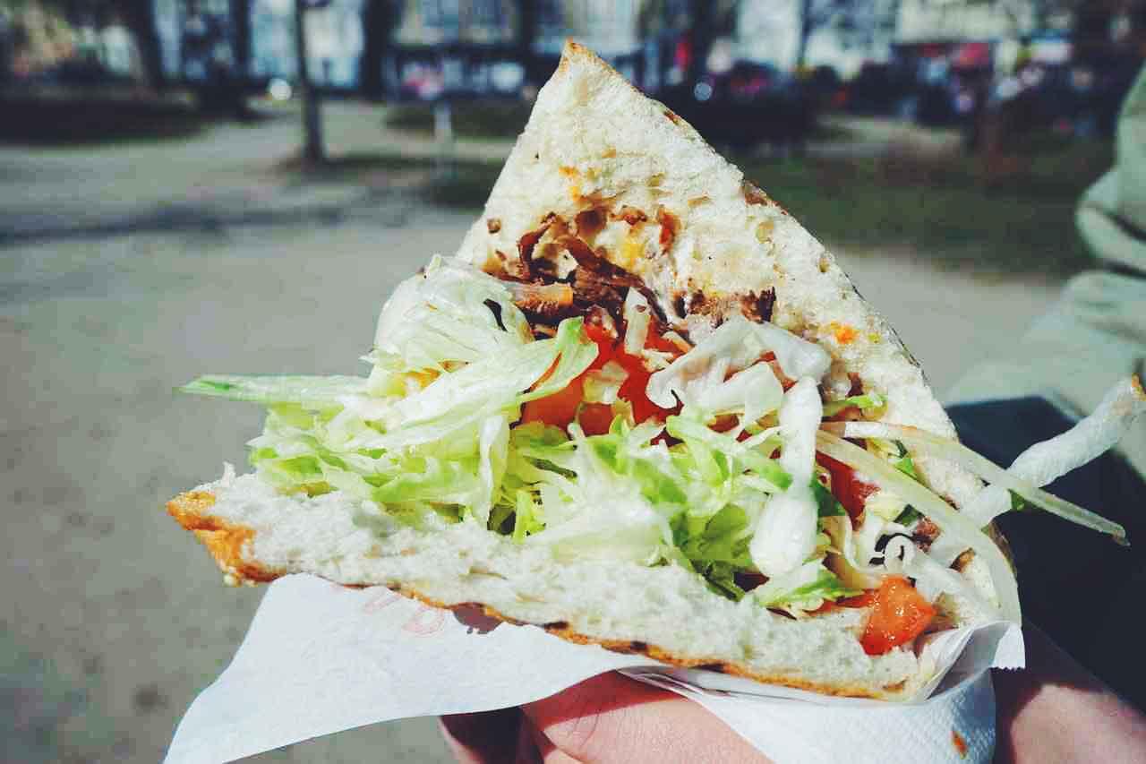 doner kebab o durun kebab de pollo con salsa tzatziki