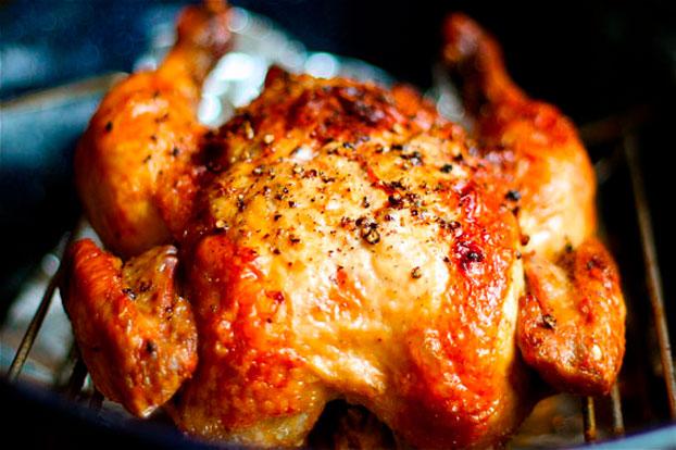Pollo al horno asado entero jugoso piel crujiente