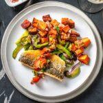 Receta de lubina al horno con patatas y verduras salteadas jugosas y fácil