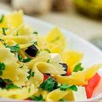 Ensalada de pasta con atún aguacate