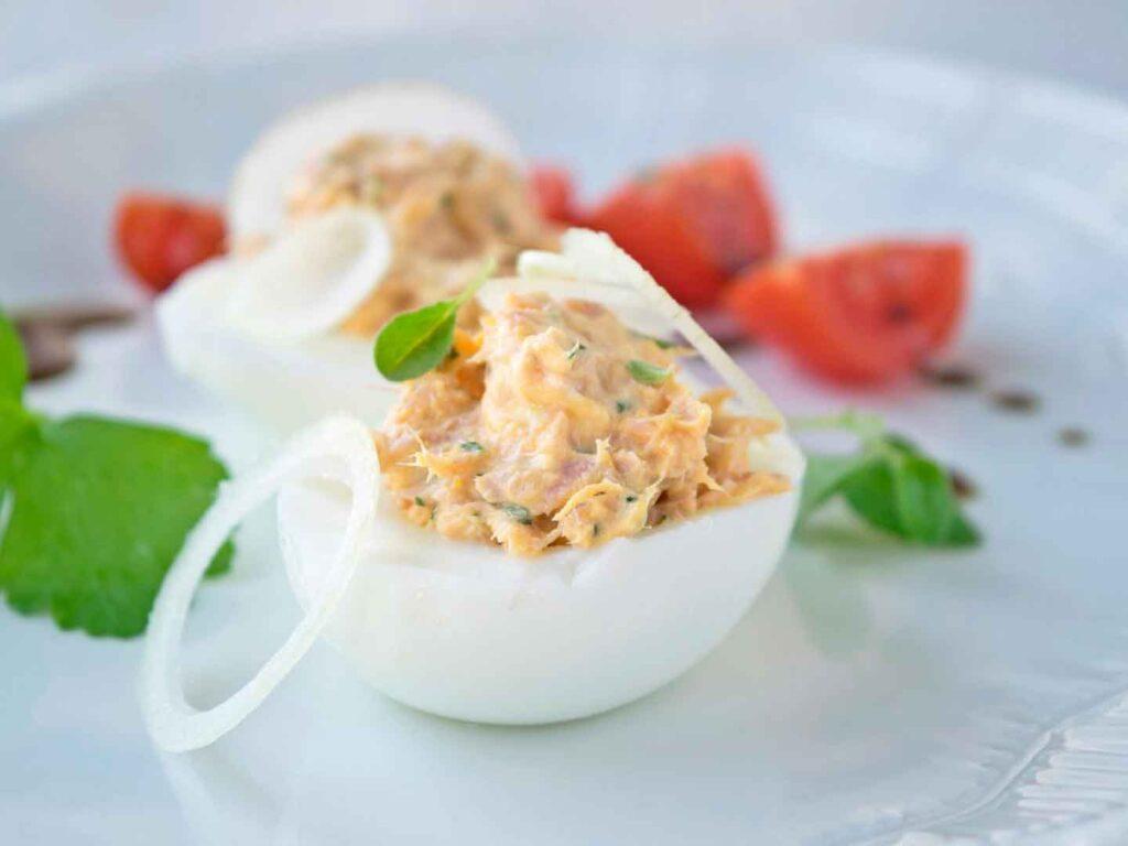 Huevos rellenos de Atun y Tomate Receta de aperitivos muy facil