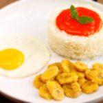 Arroz a la cubana con salsa de tomate